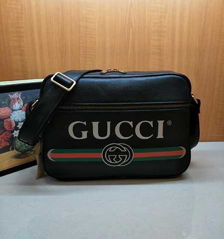 Gucci男士挎包复古风格图案在中号文件袋正面精彩呈现