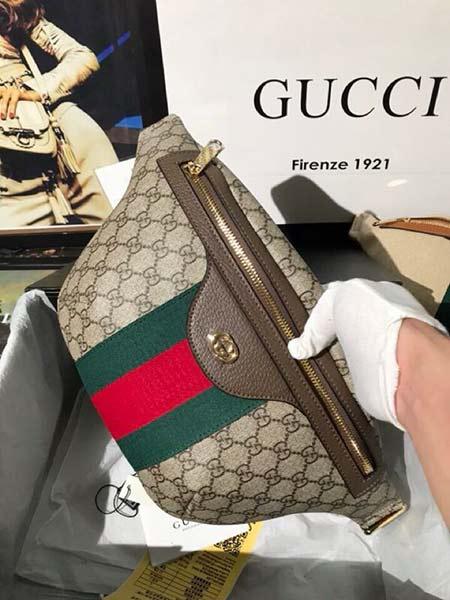 gucci腰包带来悠然的夏日气息 pvc搭配红绿条纹织带